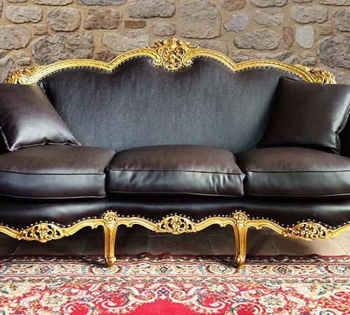 Arcadian Interior mit Sofa im alten Stil
